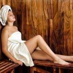 Frau in der Sauna