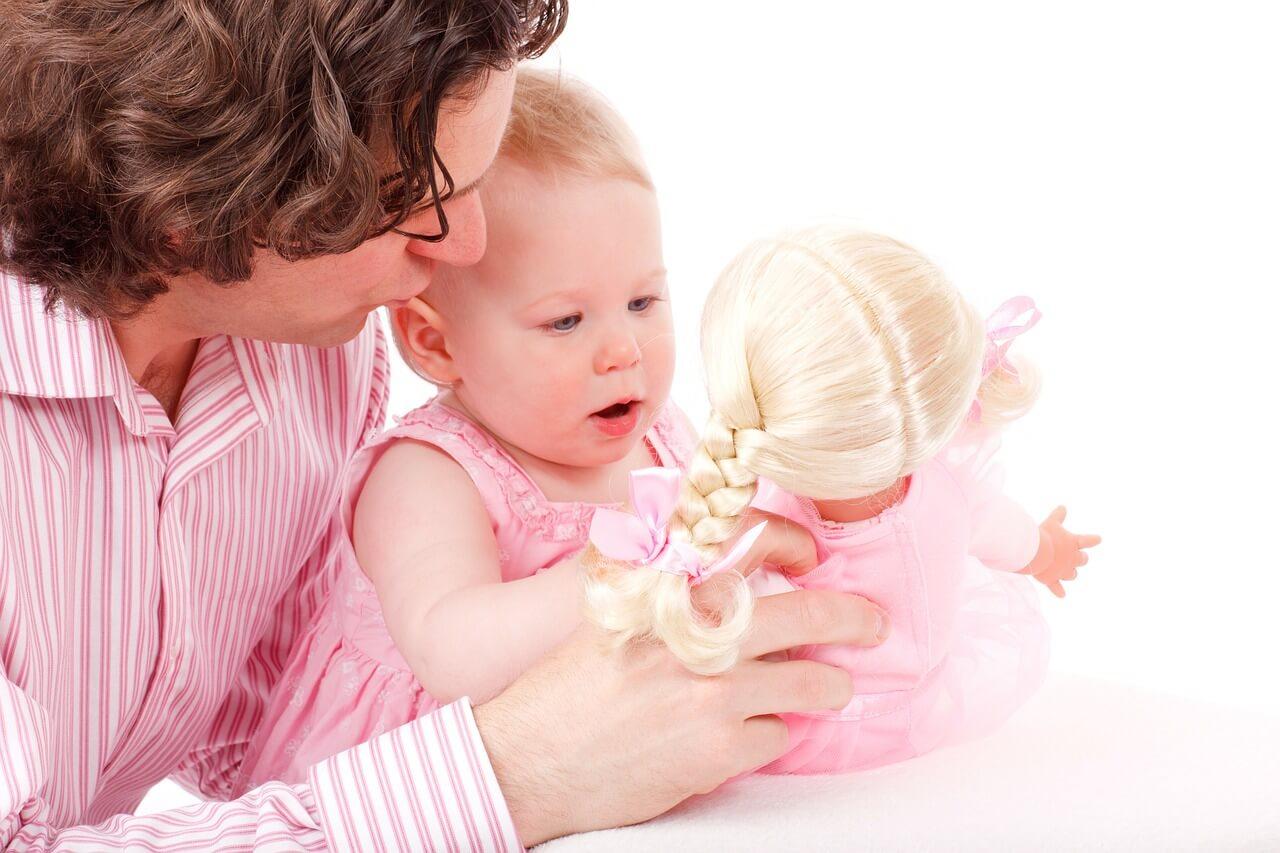 Mit Puppen spielende Kinder: Eine bedrohte Art?