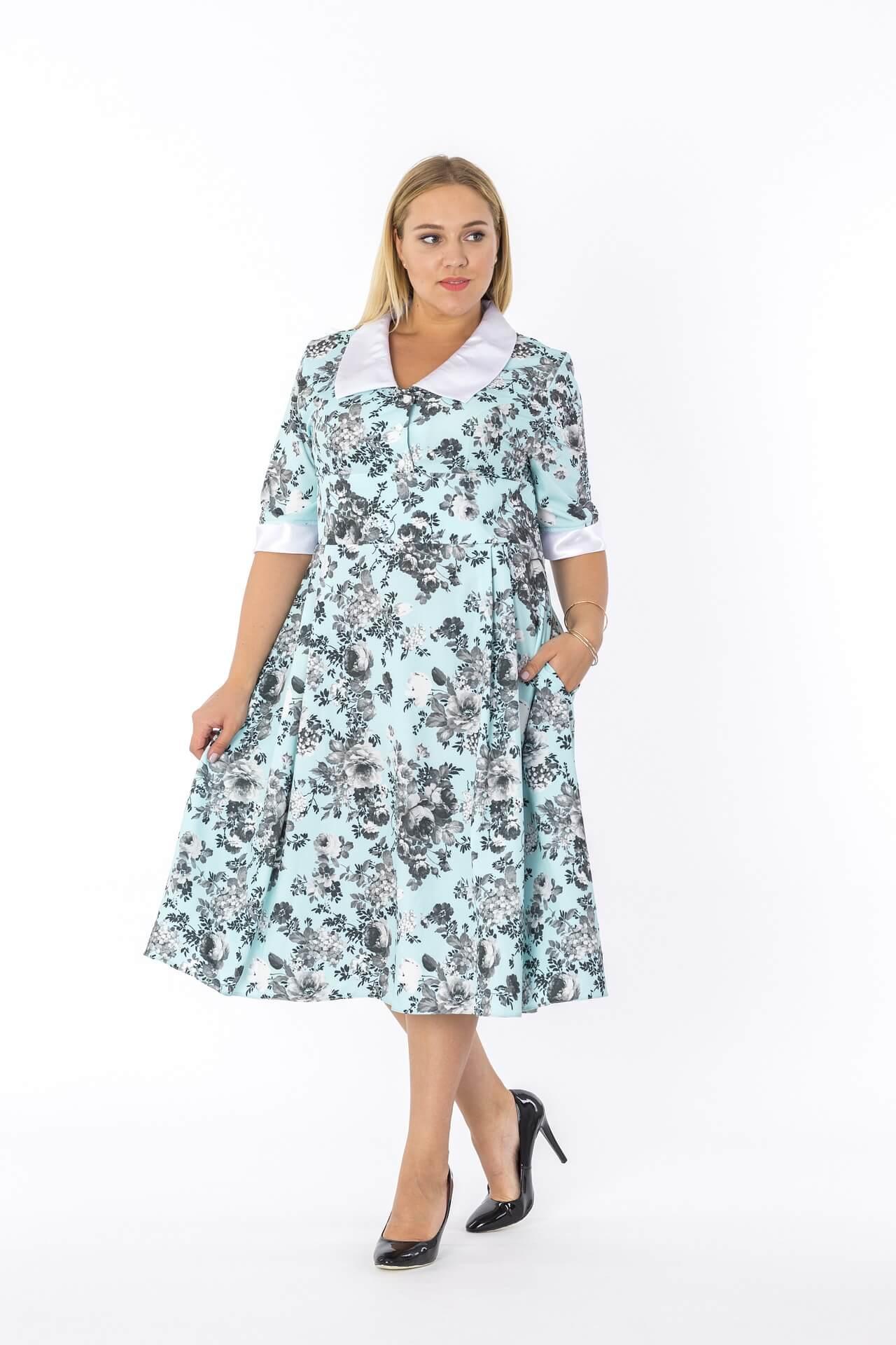 Ein Midi-Kleid und Pumps sind eine gute Kombination für mollige Frauen. Der Absatz streckt optisch und der Stoff des Kleides fällt fließend.