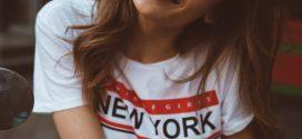 Der Trend der 90er ist zurück: Logo T- Shirts sorgen für den angesagten Retro-Style